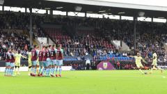 Indosport - Tendangan bebas Martin Odegaard yang di laga Burnley vs Arsenal (18/09/21).