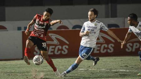 Marc Klok selalu menjadi pilihan utama Persib Bandung di lini tengah, pada enam pertandingan kompetisi Liga 1 2021-2022. - INDOSPORT
