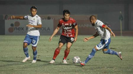 Supardi Nasir (kanan) menghalau aksi pemain Bali United - INDOSPORT