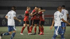 Indosport - Selebrasi para pemain Bali United atas gol Yabes Roni ke gawang Persib pada laga Liga 1 di Indomilk Arena, Sabtu (18/09/21).