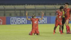 Indosport - Penyerang sayap PSM Makassar, Yakob Sayuri, merayakan golnya ke gawang Persebaya Surabaya pada pekan ketiga Liga 1 2021/22.