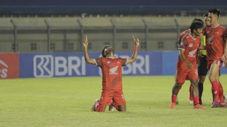 Penyerang sayap PSM Makassar, Yakob Sayuri, merayakan golnya ke gawang Persebaya Surabaya pada pekan ketiga Liga 1 2021/22. - INDOSPORT