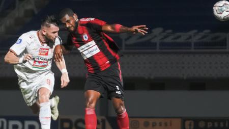 Marko Simic menanduk bola di laga Persipura vs Persija, Minggu (19/09/21). - INDOSPORT