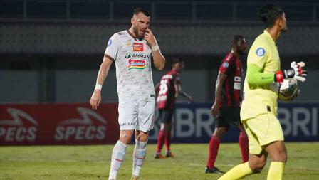 Marko Simic tampak frustrasi pada pertandingan Liga 1 2021/22 antara Persipura vs Persija di Indomilk Arena, Minggu (19/09/21). Kedua tim bermain imbang 0-0.