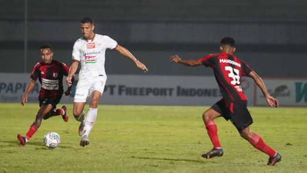 Yann Motta mendapat kawalan dua pemain lawan pada pertandingan Liga 1 2021/22 antara Persipura vs Persija di Indomilk Arena, Minggu (19/09/21). Kedua tim bermain imbang 0-0.
