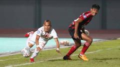 Indosport - Riko Simanjuntak (kiri) diragukan tampil saat Persija menghadapi Persela pada lanjutan Liga 1 di Stadion Pakansari, Jumat (24/09/21).