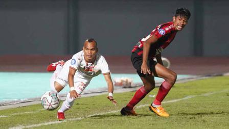 Perjuangan Riko Simanjuntak melewati hadangan lawan pada pertandingan Liga 1 2021/22 antara Persipura vs Persija di Indomilk Arena, Minggu (19/09/21).