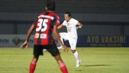 Aksi kontrol bola Tony Sucipto pada pertandingan Liga 1 2021/22 antara Persipura vs Persija di Indomilk Arena, Minggu (19/09/21).