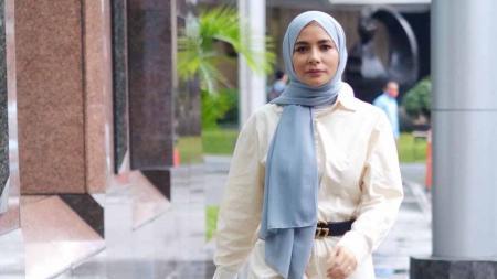 Aktris cantik Indonesia, Meisya Siregar, geluti olahraga angkat beban. - INDOSPORT