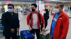 Indosport - Ada sebuah kejadian menarik saat Kontingen Indonesia di Piala Sudirman 2021 tiba di Bandara Finlandia, yaitu saat koper Kevin Sanjaya terendus anjing pelacak.