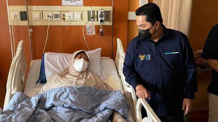 Menteri BUMN, Erick Thohir, memberi dukungan langsung kepada mantan atlet nasional, Verawaty Fajrin, yang tengah sakit di RS Dharmais, Jakarta, Rabu (22/09/21) - INDOSPORT
