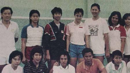 Tim Uber Cup Indonesia 1988: Verawaty Fajrin (berdiri, keempat dari kanan) dan Yanti Kusmiati (jongkok, kiri) (Foto: Dok. Tangkas: 67 Tahun Berkomitmen Mencetak Jawara Bulu Tangkis) - INDOSPORT