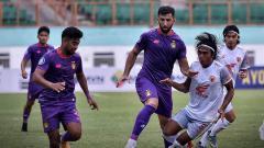 Indosport - Duel pemain Persik Kediri dengan pemain PSM Makassar di BRI Liga 1.