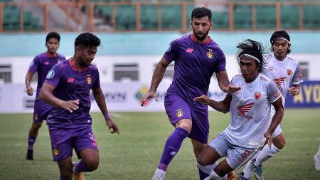 Duel pemain Persik Kediri dengan pemain PSM Makassar di BRI Liga 1. - INDOSPORT