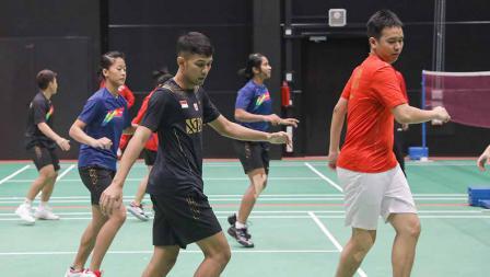 Para pemain melakuka pemanasan sebelum memulai latihan perdana tim Piala Sudirman Indonesia di Hameenkylan Liikutahall, Finlandia, Kamis (23/09/21) waktu setempat.
