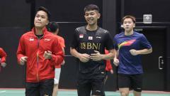 Indosport - Anthony Giting, Faja Alfian, Marcus Fernaldi Gideon saat melakukan jogging pada latihan perdana tim Piala Sudirman Indonesia di Hameenkylan Liikutahall, Finlandia, Kamis (23/09/21) waktu setempat.