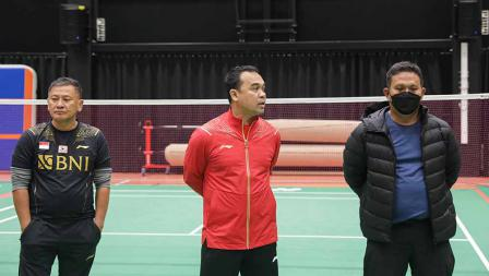 Kabid Binpres PP PBSI, Rionny Mainaky (tengah) didampingi pelatih tunggal putra Hendry Saputra pada latihan perdana tim Piala Sudirman Indonesia di Hameenkylan Liikutahall, Finlandia, Kamis (23/09/21) waktu setempat.