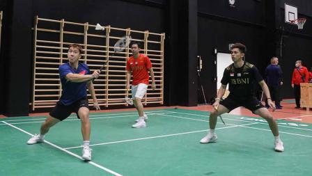 Ki-ka: Marcus Fernaldi Gideon, Hendra Setiawan, dan Muhammad Rian Ardianto pada latihan perdana tim Piala Sudirman Indonesia di Hameenkylan Liikutahall, Finlandia, Kamis (23/09/21) waktu setempat.