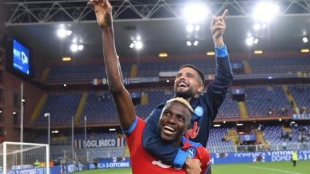 Victor Osimhen merayakan kemenangan Napoli atas Sampdoria bersama Lorenzo Insigne (23/09/21). - INDOSPORT