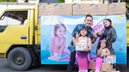 Bos klub Liga 1, Arema FC, Gilang Wydya Pramana atau Juragan99 memberikan kejutan dengan membeli coklat satu truk untuk ulang tahun anaknya. - INDOSPORT