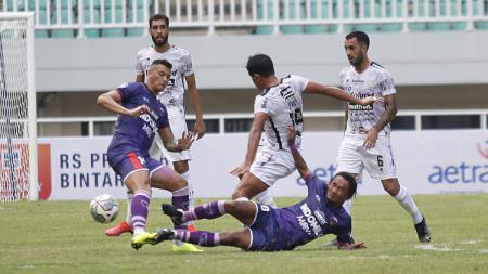 Duel lini tengah pemain Persita vs Bali United pada laga Liga 1 di Stadion Pakansari, Jumat (24/09/21). - INDOSPORT