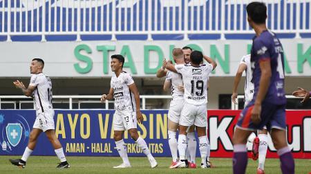 Selebrasi gol pertama Bali United yang dicetak oleh Ilija Spasojevic ke gawang Persita pada laga Liga 1 di Stadion Pakansari, Jumat (24/09/21). - INDOSPORT