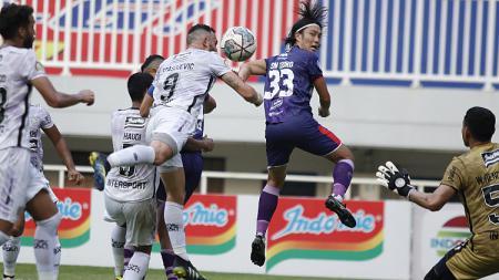 Kemelut di gawang Bali United melalui serangan yang dilakukan Persita pada laga Liga 1 di Stadion Pakansari, Jumat (24/09/21). - INDOSPORT