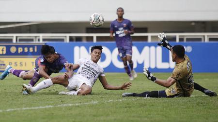 Proses gol Persita ke gawang Bali United yang dicetak Edo Febriansyah pada laga Liga 1 di Stadion Pakansari, Jumat (24/09/21). - INDOSPORT