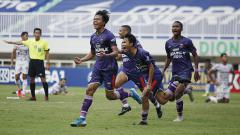 Indosport - Selebrasi para pemain Persita atas gol Rifky Dwi Septiawan pada laga Liga 1 di Stadion Pakansari, Jumat (24/09/21).