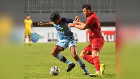 Duel pemain Persija Jakarta, Marko Simic dengan pemain Persela Lamongan di BRI Liga 1. - INDOSPORT