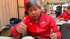 Indosport - Pelatih Herry IP santap makanan lokal jelang Piala Sudirman di Finlandia
