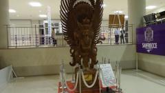 Indosport - Benda nuansa Indonesia di markas klub J-League Sanfrecce Hiroshima, yakni sebuah patung Garuda yang merupakan ukiran khas Bali.