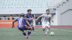 Indosport - Ricky Fajrin saat berhadapan dengan pemain Persita di Liga 1 2021.