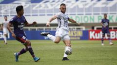 Indosport - Ilija Spasojevic (tengah) menjadi pahlawan Bali United dengan 2 golnya ke gawang Persita dalam lanjutan Liga 1 di Stadion Pakansari, Jumat (24/09/21).