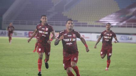 Selebrasi striker Persis Solo, Beto Goncalvez usai mencetak gol ke gawang PSG Pati pada laga pembuka Liga 2 2021 di Stadion Manahan, Minggu (26/09/21). - INDOSPORT