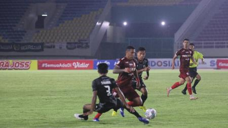 Aksi Beto Goncalves dalam pertandingan pembuka Liga 2 2021 antara Persis Solo vs PSG Pati, Minggu (26/9/21). - INDOSPORT