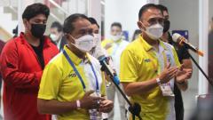 Indosport - Menpora Zainudin Amali (kiri) didampingi ketua umum PSSI, Mochamad Iriawan dalam jumpa pers di Stadion Manahan Solo, Minggu (26/09/21).