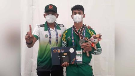 Sumut berhasil meraih medali pertama di PON Papua 2021 lewat atlet sepatu roda, Muhammad Khadafi (kanan). - INDOSPORT