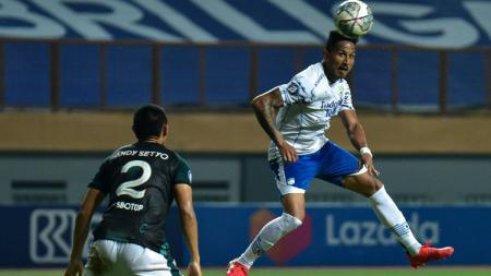Pelatih Robert Rene Alberts meminta agar para striker Persib harus lebih tajam saat menghadapi Bhayangkara FC pada pekan ketujuh Liga 1, Sabtu (16/10/21). - INDOSPORT