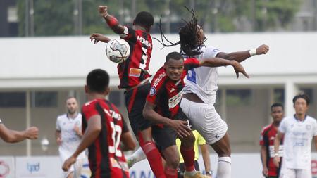 Duel udara lini tengah Arema FC dan Persipura pada pekan kelima Liga 1 di Stadion Madya, Rabu (29/09/21). - INDOSPORT