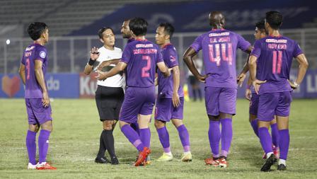 Para pemain Persik memprotes keputusan wasit pada pekan kelima BRI Liga 1 2021-22 di Stadion Madya, Rabu (29/09/21).