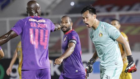 Kiper Persik Dikri Yusron usai berhasil menggagalkan tendangan penalti Ezechiel N'Douasel pada pekan kelima BRI Liga 1 2021-22 di Stadion Madya, Rabu (29/09/21).