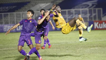Pergerakan Ezechiel N'Douasel dijatuhkan oleh dua pemain Persik pada pekan kelima BRI Liga 1 2021-22 di Stadion Madya, Rabu (29/09/21).