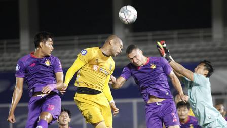 Duel udara bek Bhayangkara Anderson Salles dengan bek Persik Arthur Silva pada pekan kelima BRI Liga 1 2021-22 di Stadion Madya, Rabu (29/09/21).