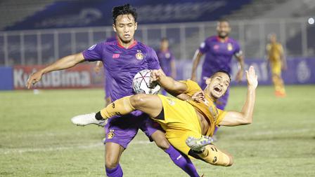 Pemain Bhayangkara FC Renan Silva saat dijatuhkan oleh bek Persik Dany Saputra pada pekan kelima BRI Liga 1 2021-22 di Stadion Madya, Rabu (29/09/21).