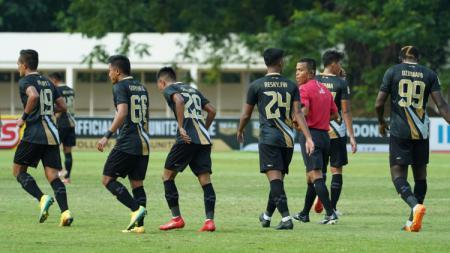 Dewa United saat ini memimpin klasemen sementara Grup B Liga 2 2021. Tangsel Warrior tak terkalahkan atau selalu menang di empat laga dan mengoleksi 12 poin. - INDOSPORT