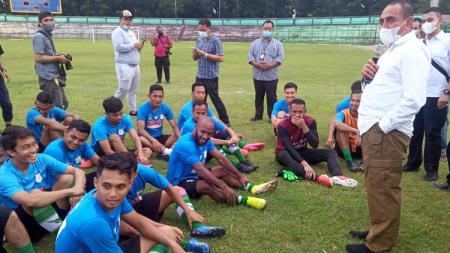 Gubernur Sumut, Edy Rahmayadi, saat meninjau latihan PSMS Medan di Stadion Teladan, Medan, Jumat (1/10/21) sore. - INDOSPORT