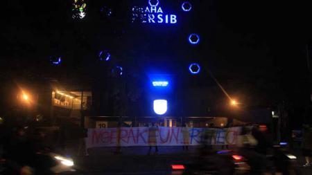 Bobotoh mengelar aksi di Graha Persib, Jalan Sulanjana, Kota Bandung, Sabtu (02/10/21) malam. - INDOSPORT