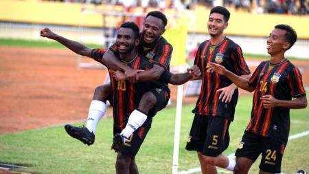 Kapten tim Papua, Ricky Ricardo Cawor merayakan gol keduanya bersama rekan-rekannya. - INDOSPORT