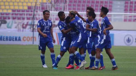 Selebrasi para pemain PSCS Cilacap usai mencetak gol ke gawang AHHA PS Pati pada laga Liga 2 di Stadion Manahan Solo, Senin (04/10/21). - INDOSPORT